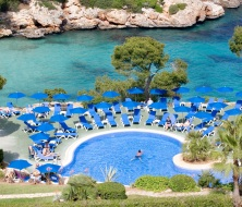 Swimming pool lounge Cala Esmeralda hotel